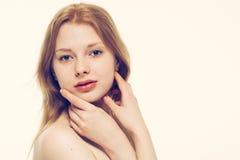 Pelle sana del giovane bello della donna ritratto del fronte Immagini Stock Libere da Diritti