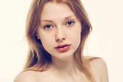 Pelle sana del giovane bello della donna ritratto del fronte Fotografie Stock Libere da Diritti