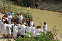 Pellegrini al EL Yahud di Qasr del sito di battesimo fotografie stock