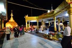 Pellegrini alla notte Roccia dorata Pagoda di Kyaiktiyo Stato di lunedì myanmar immagini stock