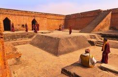 Pellegrini buddisti in università buddista antica Nalanda Fotografia Stock