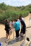Pellegrini cristiani ortodossi come parte di una cerimonia tradizionale di battesimo in Jordan River fotografia stock