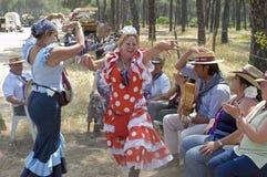 Pellegrini femminili ballanti sul loro modo al EL Rocio immagini stock