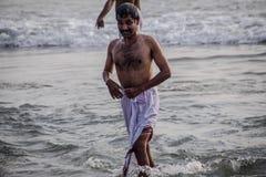 Pellegrini indiani sulla spiaggia di Papanasam Immagini Stock