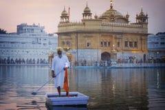 Pellegrini sikh nel tempio dorato Fotografia Stock Libera da Diritti