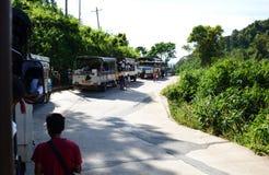 Pellegrini sui camion sul modo alla roccia dorata Pagoda di Kyaiktiyo Stato di lunedì myanmar fotografia stock