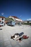 Pellegrini tibetani della figlia e del padre Fotografie Stock Libere da Diritti