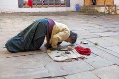 Pellegrino al Jakar Dzong, Jakar, Bhutan Fotografie Stock