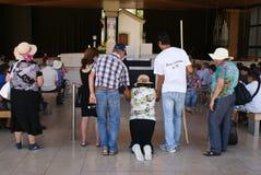 Pellegrino inginocchiato supportante della famiglia in Fatima Immagini Stock Libere da Diritti