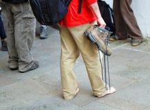 Pellegrino stancato nelle vie di Santiago de Compostela, Spagna immagini stock