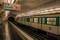 Pelleport朝向对Gambetta的地铁站平台在巴黎 库存图片