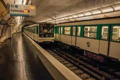 Pelleport朝向对Gambetta的地铁站平台在巴黎 图库摄影