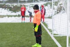 Pelles dans la pile de la neige après nettoyage de la neige du football Image stock