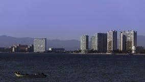 Pellicani che si siedono sul peschereccio in Puerto Vallarta immagini stock