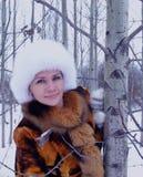 Pelliccia all'aperto sorridente della neve della donna di inverno delle camice di modo della persona del fronte della gente del m Fotografia Stock