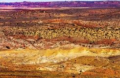 Pelliccia ardente rossa dipinta dell'arenaria arancio delle superfici a pascolo di giallo del deserto Immagine Stock