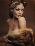 Pelliccia da portare della bella donna Fotografia Stock