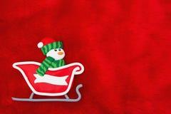 Pelliccia e pupazzo di neve rossi della peluche in Santa Sleigh Christmas Background fotografia stock
