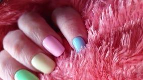 Pelliccia femminile del manicure della mano video d archivio