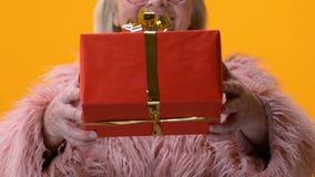 Pelliccia senior di rosa della nonna che mostra primo piano attuale, congratulazione di compleanno, festa archivi video