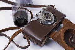 Pellicola fotografica con la retro macchina fotografica immagine stock