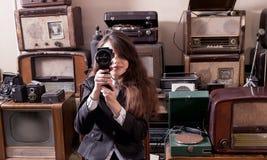 Pelliculage de fille avec l'appareil-photo Photographie stock libre de droits