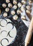 pelmeni的准备 顶视图 在黑桌上的成份 烹调俄国传统 库存图片