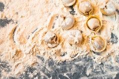 Pelmeni στη διαδικασία μαγειρέματος Στοκ Εικόνες