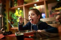 Pelmeni еды ребенка Стоковые Изображения