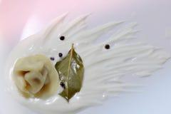 Pelmeni, сметана, лист залива, перец, русские вареники стоковое фото