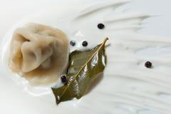 Pelmeni, сметана, лист залива, перец, русские вареники стоковые фото