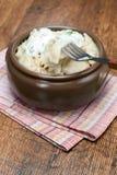 Pelmeni avec de la crème aigre et l'aneth Image stock