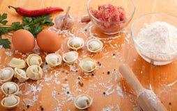 Pelmeni caseiro com ingredientes Fotografia de Stock Royalty Free