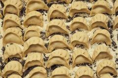 Pelmeni de las bolas de masa hervida antes de cocinar Top ruso del fondo de la cocina foto de archivo libre de regalías