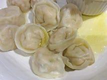 Pelmeni met boter, Russische keuken stock fotografie