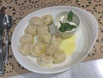 Pelmeni met boter, Russische keuken royalty-vrije stock fotografie