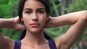 Pelo adolescente de la fijación de la muchacha Imagen de archivo libre de regalías