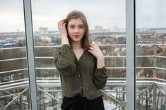 Pelo conmovedor de la muchacha adolescente rubia adorable joven del estudiante que se divierte en la plataforma de observación co Foto de archivo