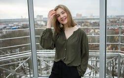 Pelo conmovedor de la muchacha adolescente rubia adorable joven del estudiante que se divierte en la plataforma de observación co Foto de archivo libre de regalías