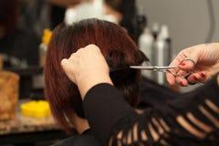 Pelo cortado en el peluquero Salon Fotos de archivo libres de regalías