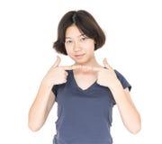 Pelo corto femenino joven con la camiseta gris en blanco Imagenes de archivo