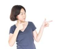 Pelo corto femenino joven con la camiseta gris en blanco Fotos de archivo libres de regalías