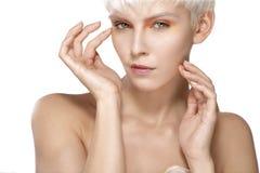 Pelo corto rubio modelo de la belleza que muestra la piel perfecta Imagen de archivo libre de regalías
