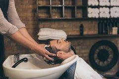Pelo cosechado de los clientes del peluquero de la visión que se lava en peluquero Imágenes de archivo libres de regalías