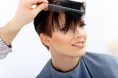 Pelo de Brown. Peluquero que hace el peinado. Belleza Woman modelo. Corte de pelo. Fotografía de archivo libre de regalías