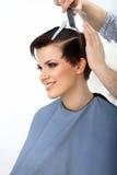 Pelo de Brown. Peluquero que hace el peinado. Belleza Woman modelo. Corte de pelo. Foto de archivo