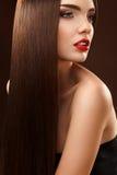 Pelo de Brown. Retrato de la mujer hermosa con el pelo largo. Alto qua Fotos de archivo