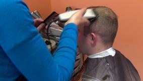 Pelo de la cabeza del hombre del cliente del afeitado de la mujer del peluquero metrajes