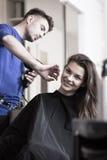 Pelo de la mujer de sequía del peluquero Fotografía de archivo libre de regalías