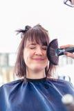 Pelo de la mujer del corte del peluquero en tienda foto de archivo